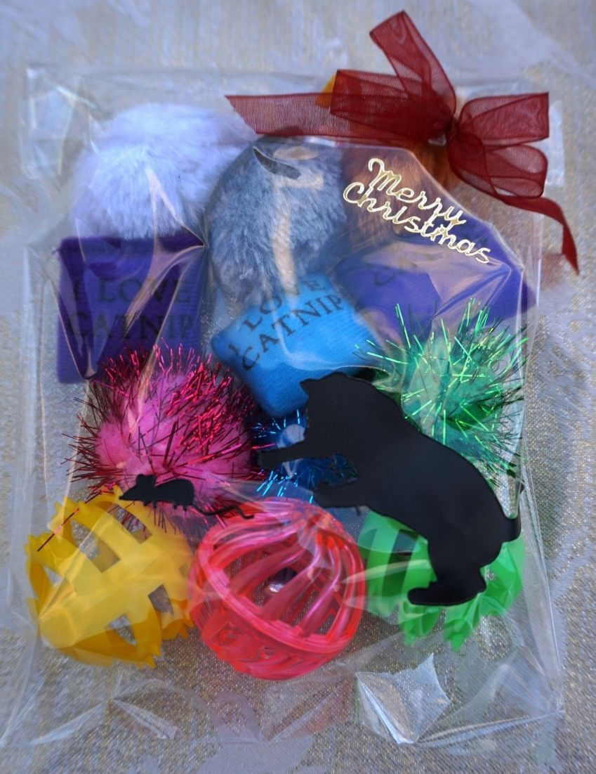 CHRISTMAS CAT TOY PACK - HAND DECORATED AND FILLED WITH 12 ASSORTED CAT TOYS #4
